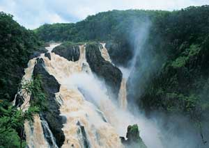 picture of the barron falls in the wet season
