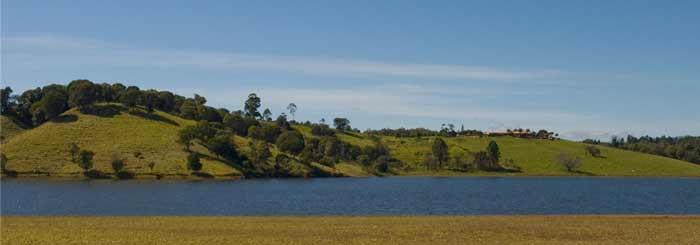 lake tinaroo near yungaburra memorial